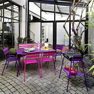 Fermob Salon De Jardin : patio avec salon de jardin et barbecue collection monceau couleur rose fuchsia et violet ~ Teatrodelosmanantiales.com Idées de Décoration