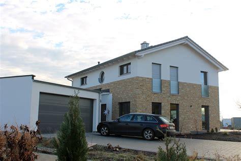 Moderne Fenster Fassade by Einfamilienhaus Holzhaus Satteldach Hausanbau Mit