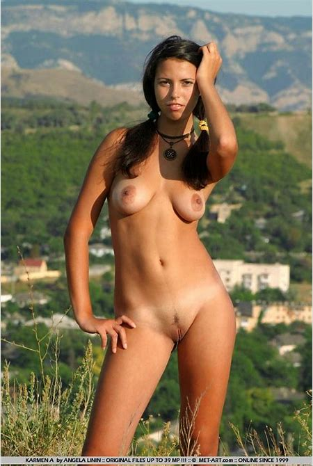 Posing outdoors nude tanned brunette Diva A shows her full ...
