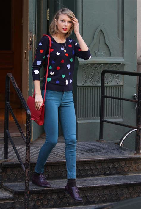 Taylor Swift Street Style - Leaving her apartment in NYC ...