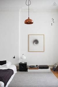 Matratze Auf Boden : minimalistische einrichtungsidee f rs wg zimmer grauer teppich kunstdruck lampe in bronze ~ Orissabook.com Haus und Dekorationen