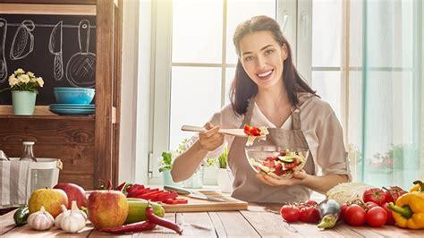 femme qui cuisine banc d 39 essai des nouveaux produits à adopter