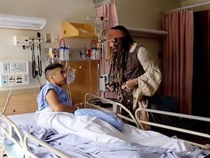 Johnny Depp visits childrne's hospital dressed as Captain ...