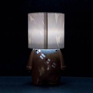 Lampe Star Wars : lampe poser design star wars l 39 effigie de chewbacca sur logeekdesign ~ Orissabook.com Haus und Dekorationen