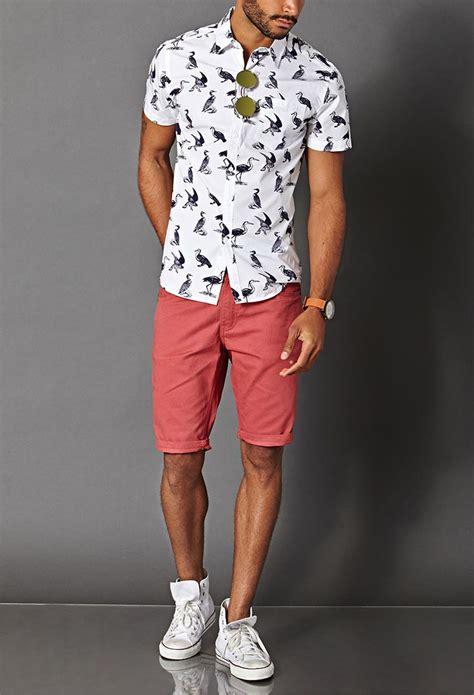 Jugendliches Sommeroutfit Mit Shorts In Altrosa Und Weißem