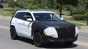 Jeep Cherokee 2018 : 2018 jeep cherokee spied possibly with conventional headlights ~ Medecine-chirurgie-esthetiques.com Avis de Voitures