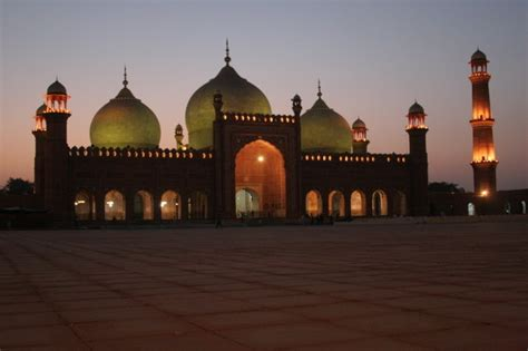 badshahi mosque  gt road lahore address timings map