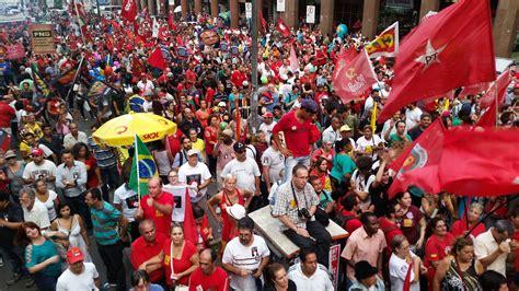 Manifestações pró e contra o impeachment ocorrem em pelo ...
