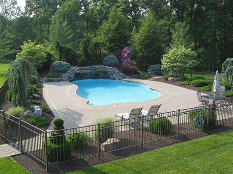 Backyard Pool Fence Ideas by Best 25 Pool Landscaping Ideas On