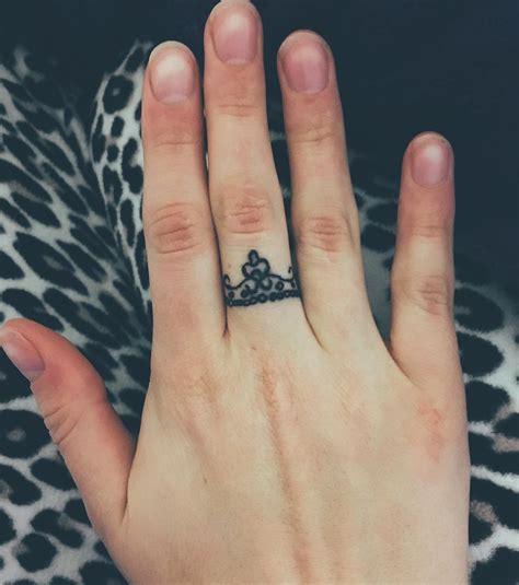 tatouage doigts femme cochese tattoo