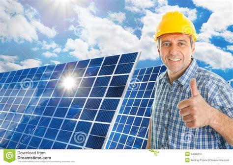homme m 251 r avec le panneau solaire photo stock image 54982977