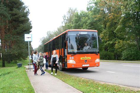 Skolas autobuss, pēc kura var regulēt pulksteņus | eLiesma
