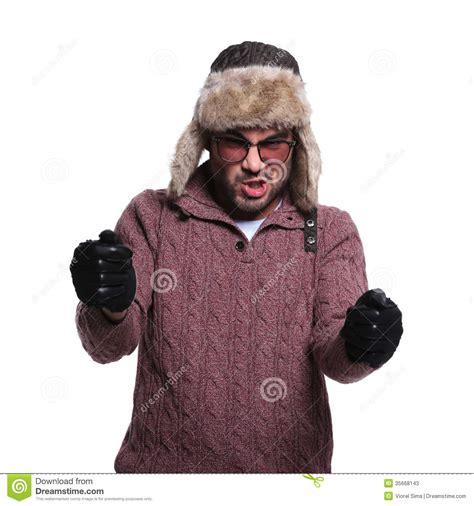 l homme dans le chapeau de fourrure et les gants en cuir conduit une course imaginaire c photos