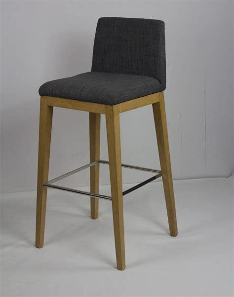 chaise bar bois mobilier design scandinave minimaliste ikea bois tabouret de bar chaises de bar restaurant bar