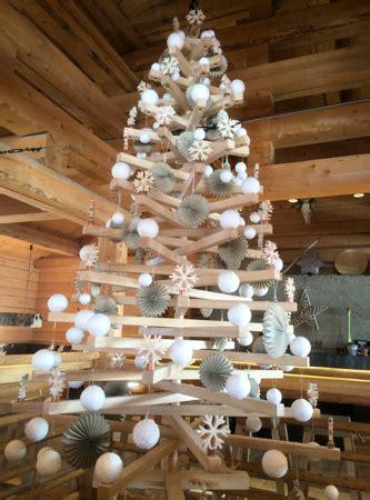 deko im alpenstil christbaum aus holz