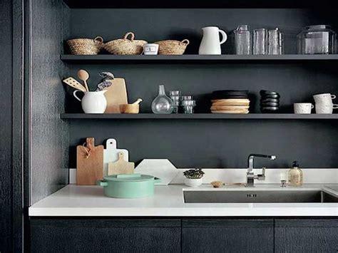 idee etagere cuisine poser des etageres sur la credence en rangement cuisine