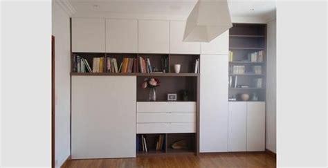 placard intégré chambre aménagement pan de mur avec bureau intégré derrière porte
