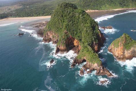 pantai pulau merah banyuwangi  unik  menawan jawa