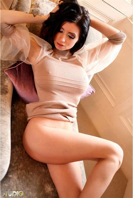 Lilly Roma in tight brown dress