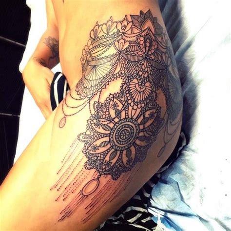 tatouage femme mandala cuisse hanche effet dentelle