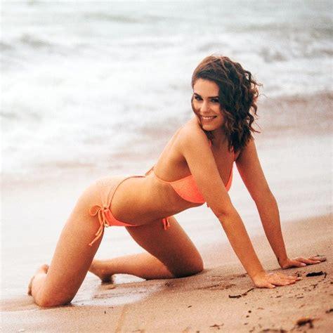 Janine Christin im Bikini am Strand - Kandidatin Bachelor 2018