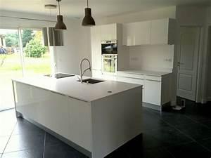 ilot de cuisine en granit quartz ou dekton bordeaux hm deco With plan de travail ilot cuisine