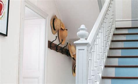 appliquer de la peinture sur un escalier en bois