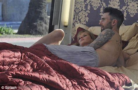 Film ini berjudul slow secret s3x in bed with my boss rilis tahun 2020 film ini mengisahkan tentang seorang wanita yang nonton film semi wife of my boss (2020). Maroon 5's Adam Levine and Victoria's Secret model girlfriend strip to underwear | Daily Mail Online