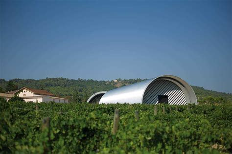 les chais de la cour balade architecturale au cœur du domaine viticole du