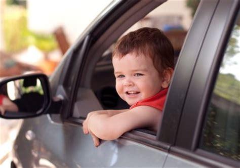 peut on mettre 3 siege auto dans une voiture a quel âge un enfant peut il monter à l 39 avant d 39 une