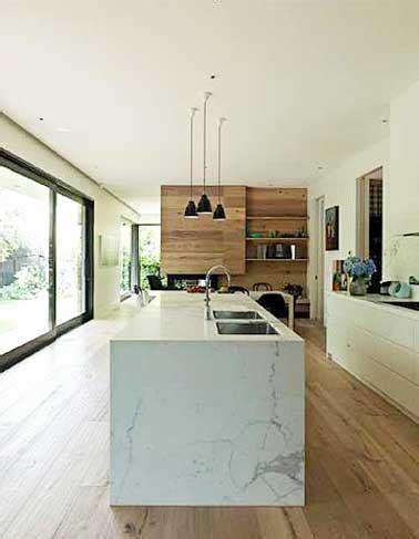 cuisine en marbre déco cuisine avec îlot central en marbre et parquet teck