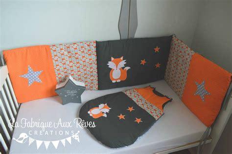 chambre tours tour lit et gigoteuse renard étoiles orange gris