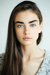 10 Hairstyles That Flatter A Brown Hair Blue Eyes Combination