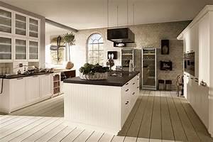 Moderne landhauskuche mit grosszugiger kochinsel unser for Moderne landhausküche