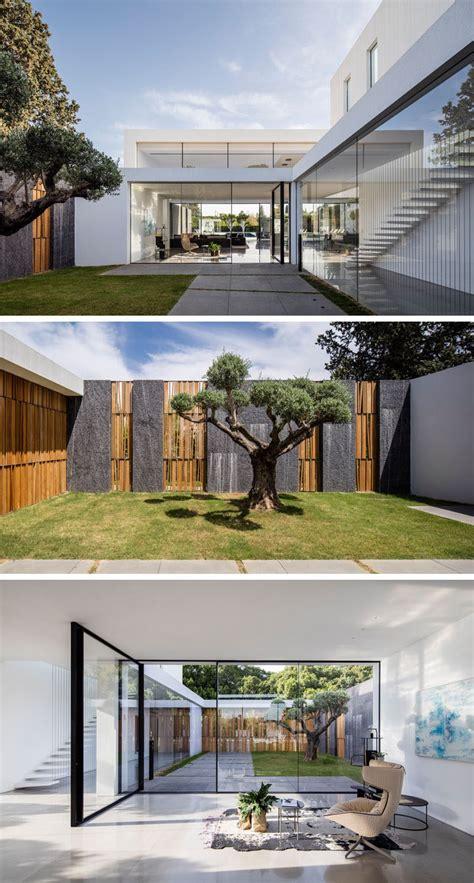 esta casa minimalista de techos  doble altura  grandes