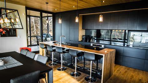 dessus de cuisine incroyable armoires de cuisine blanc sur le dessus noir