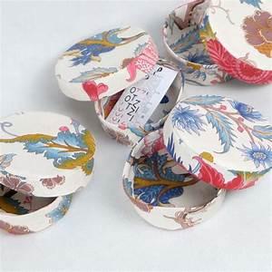 Boite Ronde Blanche : bo te bijoux ronde en tissu blanche avec fleurs roses et bleues otziotzi ~ Teatrodelosmanantiales.com Idées de Décoration