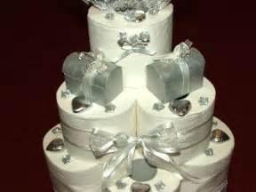 witziges hochzeitsgeschenk eine torte aus toilettenpapier ein lustiges hochzeitsgeschenk nurtoilettenpapier de