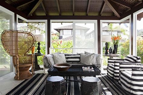 Sunroom-design-with-gathering-living-area