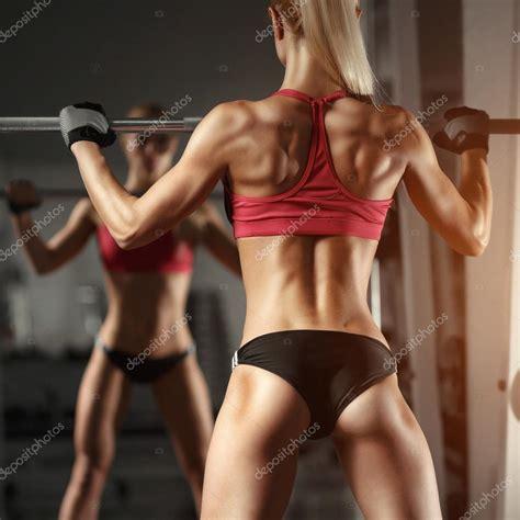 femme salle de sport femme de remise en forme dans la salle de photo 105958936