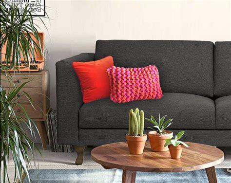 coussin deco canape personnaliser un canapé gris foncé avec des coussins