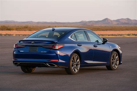 2019 Lexus ES rear three quarter 02 - Motor Trend