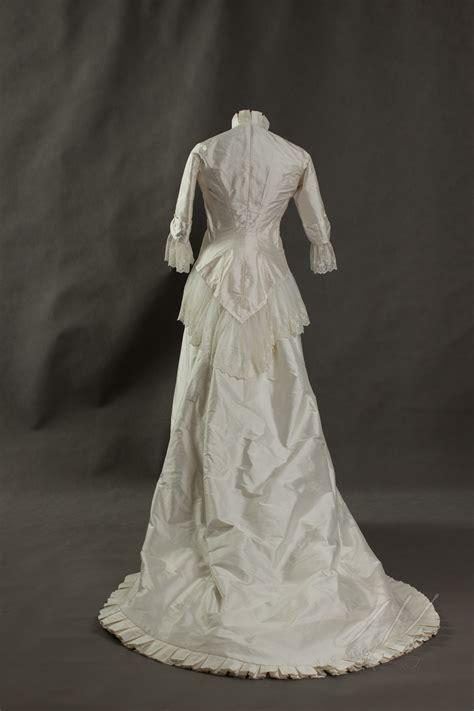 Charlie brear's brautkleider versprechen einen modernen und unkomplizierten vintage glamour. Brautkleid-Hochzeitskleid um 1880 mit Spitzenvolants