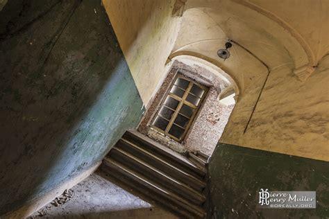 couloir et escalier avec peinture bi couleur dans le
