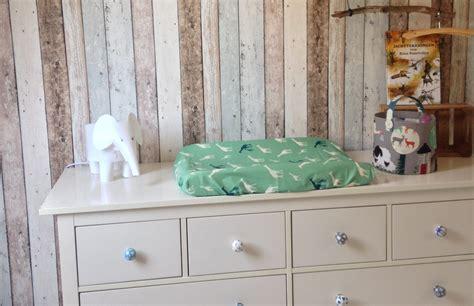 hout behang hippe babykamer met hout behang en dierenthema babyblog