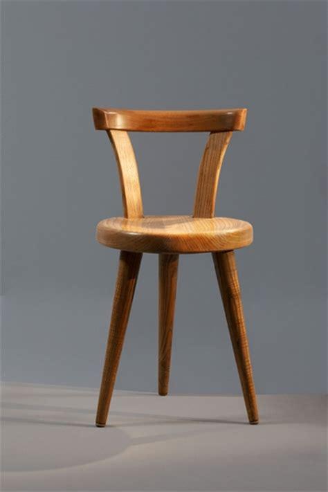 une et trois chaises perriand chaise à trois pieds galerie downtown