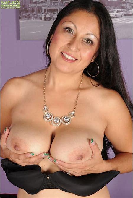 Curvy wife Valerie Worthington strips butt ass naked.