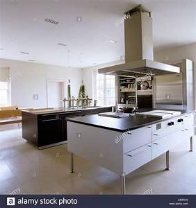 Küche Mit Insel Kaufen : moderne k che mit insel und gro e dunstabzugshaube stockfoto bild 10632644 alamy ~ Sanjose-hotels-ca.com Haus und Dekorationen