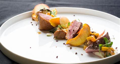 cuisine en cocotte gebraden eendenborst met geglaceerde pruimpjes en girollen