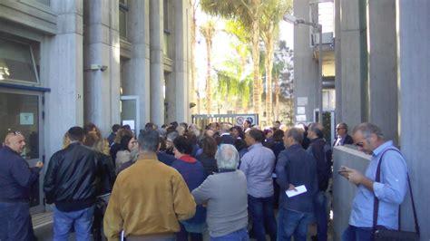 agenzia entrate uffici rimaste 48 ore per rottamare le cartelle 200 caos davanti